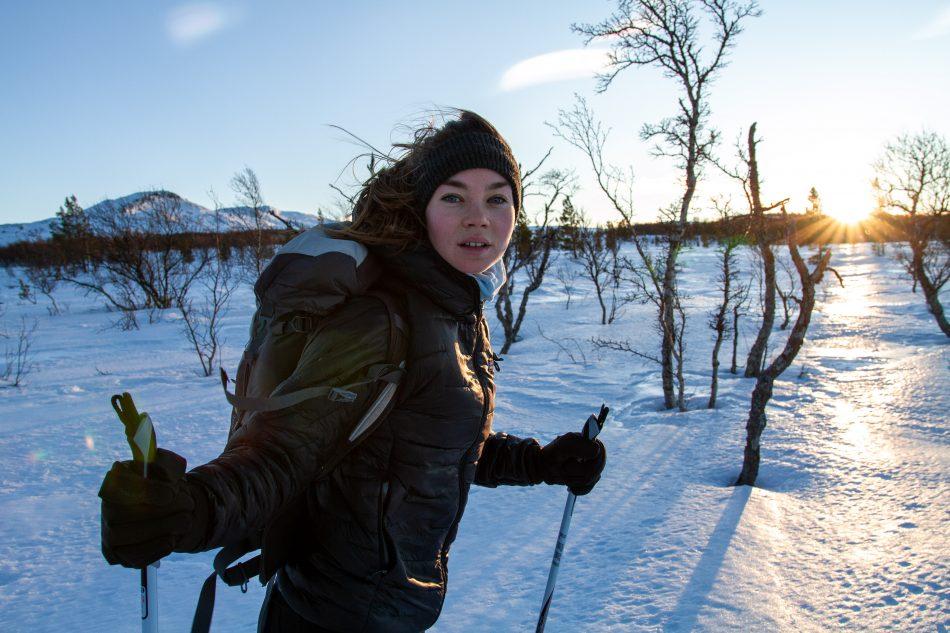 Frau auf Skiern in Berglandschaft